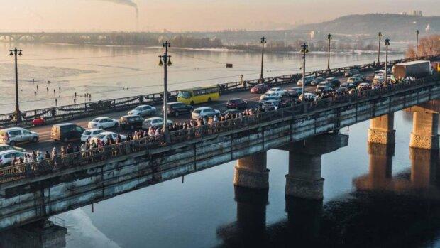 Разбился под музыку: адское ДТП на мосту Патона ужаснуло Киев, - видео из салона горе-шумахера