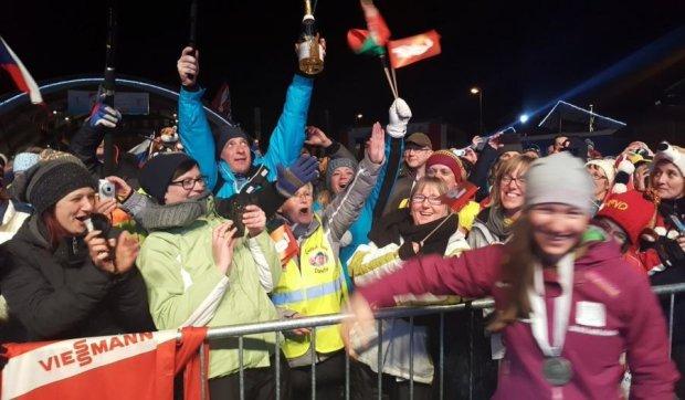 Білоруська біатлоністка подарувала вболівальникам шампанське