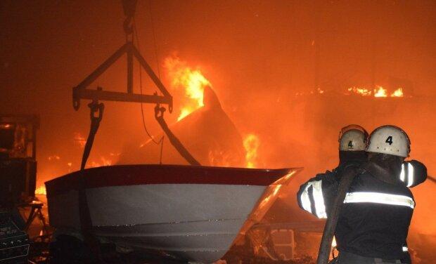 """""""Крихітка на мільйон"""" перетворилася на купку попелу: під Одесою спалили елітну яхту скандального депутата, кадри розправи"""