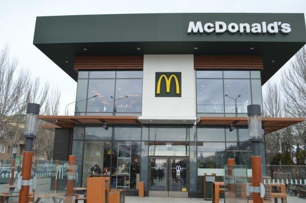 """На смену людям пришли """"железные кассиры"""": в Запорожье открыли обновленный McDonalds, - первые фото"""