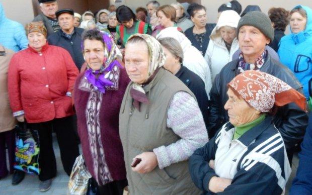 Пристрасті у розпалі: одеські пенсіонери побилися за біометричний паспорт