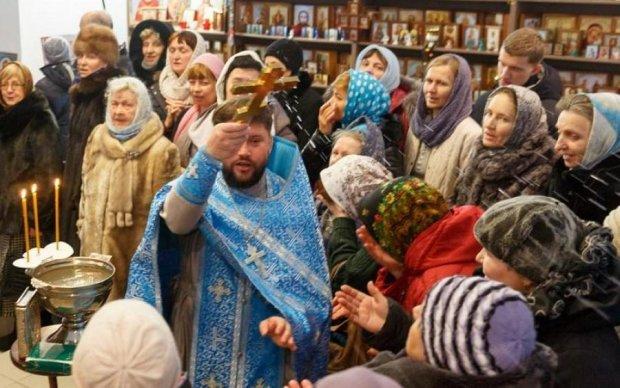 И смех, и грех: священник благословил россиянку крестом по лбу