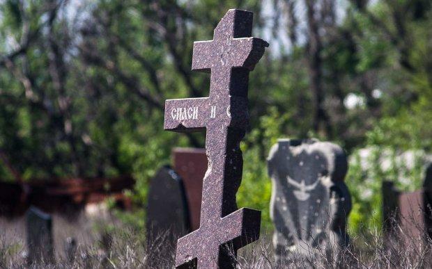 Вандалы устроили погром на кладбище в Великий пост: безбожный поступок показали на фото, совестью здесь и не пахнет