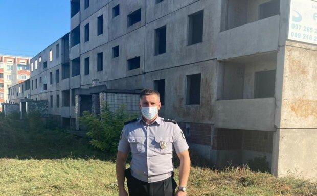 """Под Днепром копы сняли женщину с крыши недостроя: """"Кричала, что убьет себя"""""""