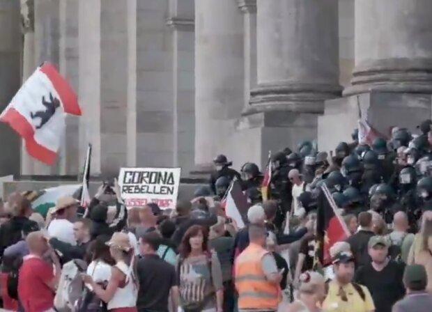 Оскаженілі протестувальники з боєм продиралися до будівлі парламенту — поліція не стримувалася