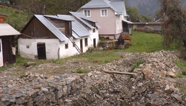 Мешканці Верховинщини будують новий будинок, кадр з репортажу суспільне: Youtube
