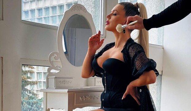 """Ревізор краси Олена Філонова роздяглася просто біля крихіток: """"Пий і насолоджуйся"""""""