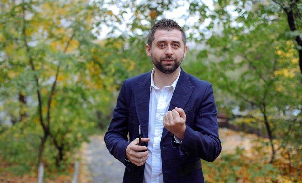 """Зеленского просят почистить ряды """"Слуги Народа"""": """"Давид Арахамия обвинялся в разворовывании топлива"""""""