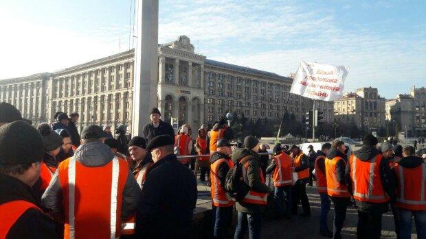 Майдан заполонили сотні мітингувальників: йдуть на штурм Ради під гаслом революційних пісень, відео