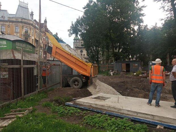 Комунальники Садового ховають під піском стародавній храм, замість музею - фонтан