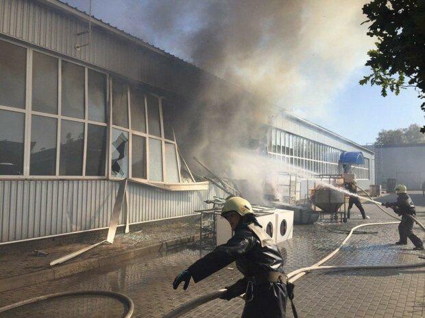 У Сумах на заводі прогримів вибух, десятки постраждалих: кадри з місця події