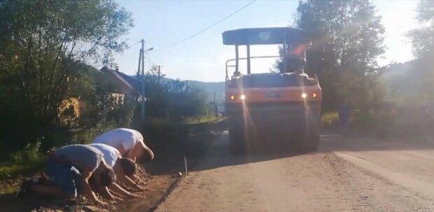 """Львовяне стали на колени на отремонтированной дороге и потроллили чиновников на всю Украину: """"Спасибо"""""""