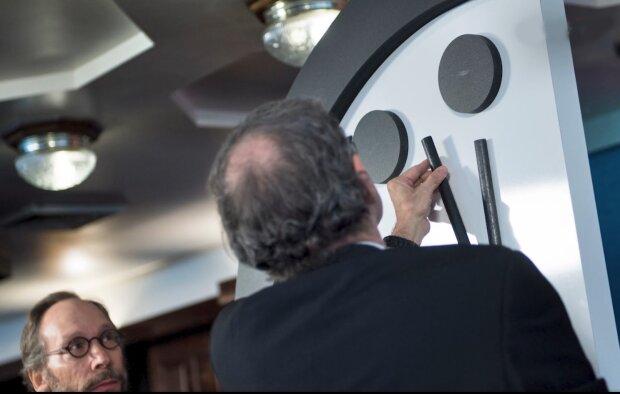 Людству залишилося 100 секунд: стрілки годинника Судного дня завмерли на катастрофічній позначці