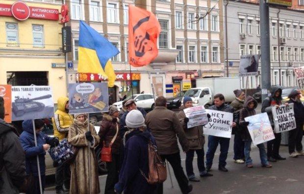 Путину осталось недолго: россияне вышли на улицы с флагами Украины