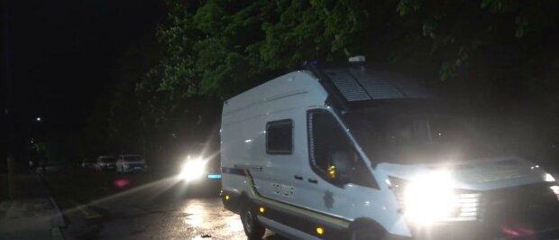 В Киеве голый мужчина устроил зрелищный побег из инфекционки - светил причандалами вместо фонаря