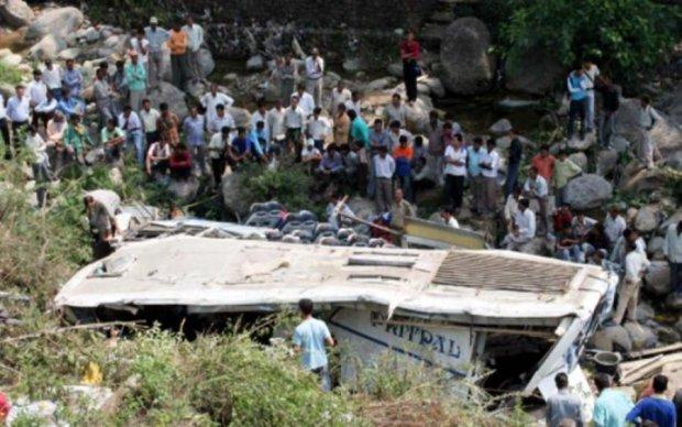 Автобус с паломниками рухнул в ущелье: полтора десятка жертв