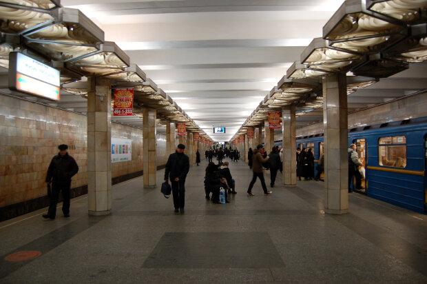 """В киевском метро мужчина """"нырнул"""" под поезд, очевидцы вскрикнули - чем закончился кошмар"""