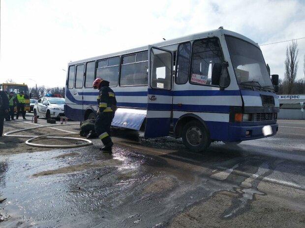 Забули і поїхали: під Києвом чоловік загинув через покинутий копами на дорозі автобус