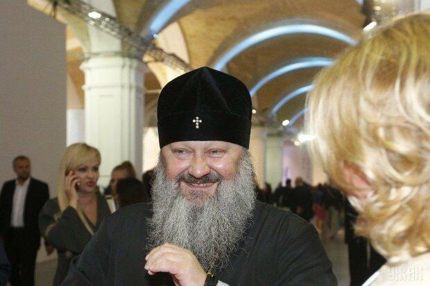 Московські попи влаштували прокаташки стоячи на пікапах - кропили міста святою водою