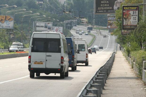 Запоріжців катають на допотопних маршрутках, розвалюються на ходу: дорожний екшн потрапив на відео