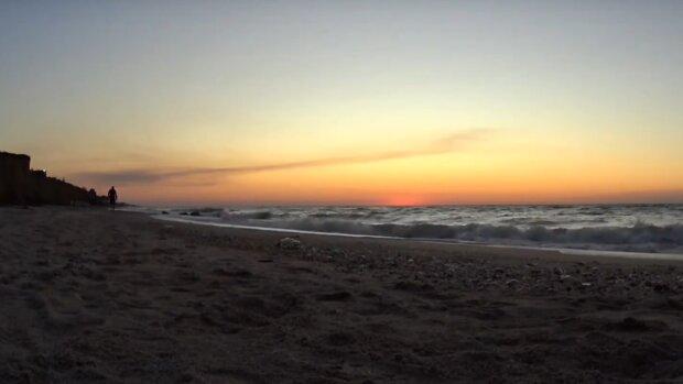 """Екзотика під боком: у мережі показали """"тропічний"""" схід сонця над Кирилівкою"""