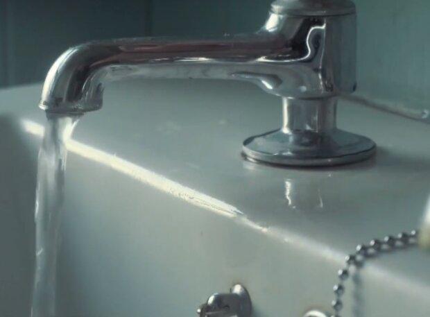 """Вода з крана, скриншот: You Tube """"Телеканал Київ"""""""