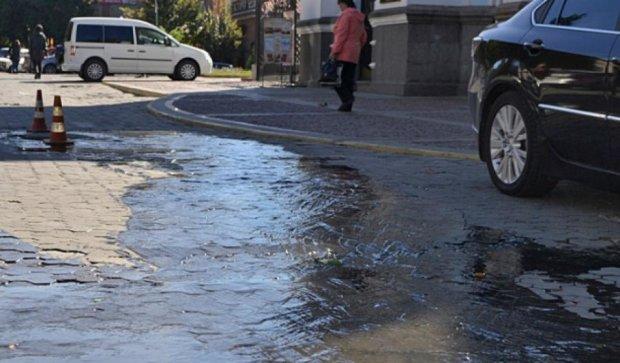 По улице Кировограда потекли нечистоты (фото)
