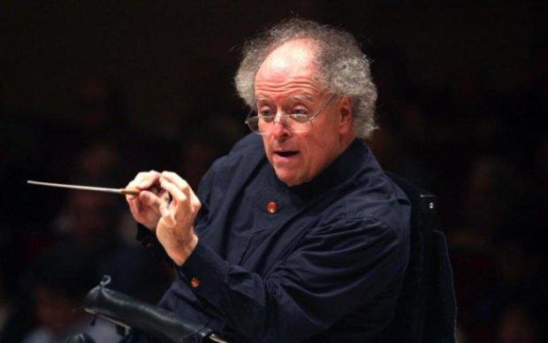 Неймовірно чуттєво тримав: відомого диригента звинуватили в домаганнях