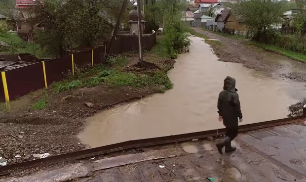 На Прикарпатье оползни отрезали от цивилизации семь деревень — везде грязь, дороги исчезли