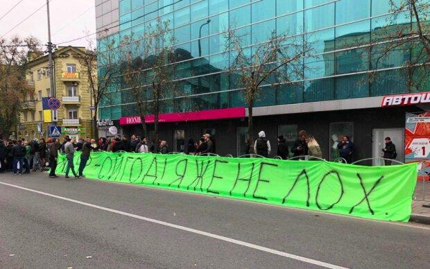 """Митингующие в Мариуполе принесли Зеленскому розовый гроб: """"После отвода """"Грады"""" долетят сюда!"""""""