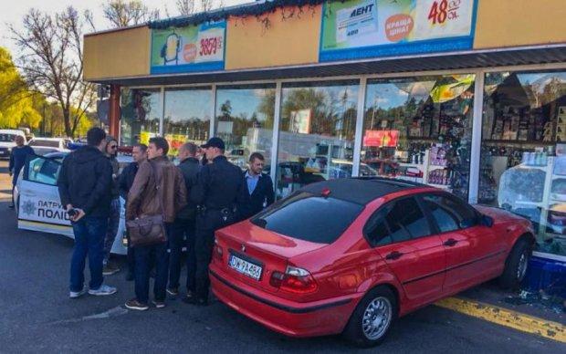 Горе-автоледи заехала в гипермаркет через... витрину: фото