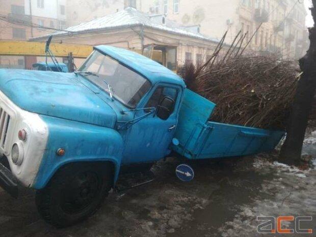 """Черновицкие дороги """"проглотили"""" грузовик, очевидцы оцепенели: """"Мы думали, сможем..."""""""