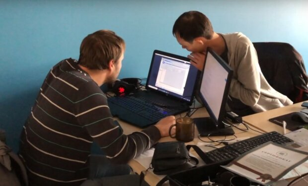 робота в офісі, скріншот з відео