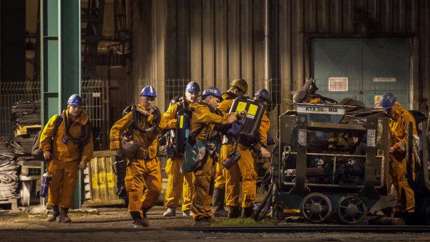 Спасатели достают горняков из взорванной шахты: времени в обрез, соседние страны помогают чем могут