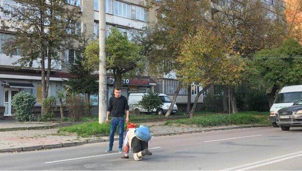 У Франківську безнога пенсіонерка переповзає дорогу за продуктами, фото: Це моя Україна
