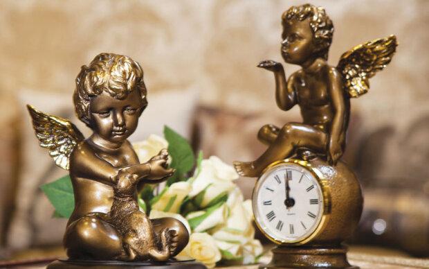 С ангелом в трусах: в Одессе девушка похитила статуэтку, спрятав ее в пикантном месте