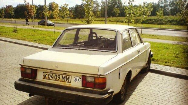 """Крутіший за BMW з """"Бригади"""": у старому гаражі відшукали рідкісний чорний Запорожець"""