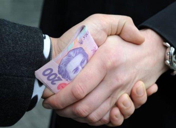 Работника Минюста поймали на взятке в 100 тыс. грн