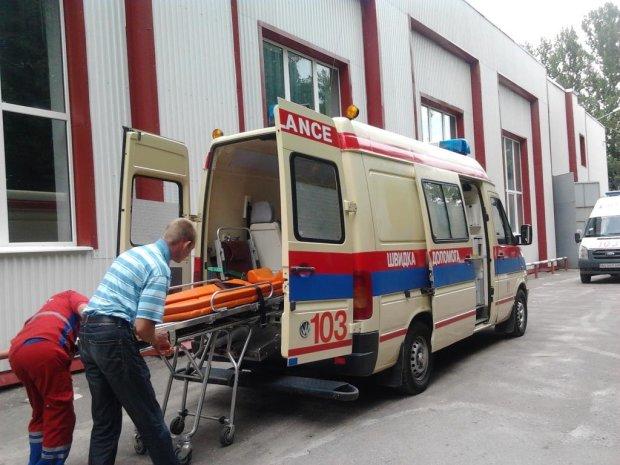 На пассажирку Укрзализныци упала полка с другой женщиной: раздробленные кости, множество операций