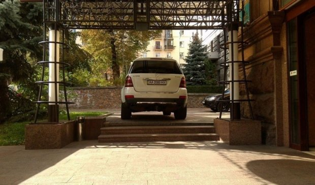 """Столичний """"герой парковки"""" прорізав шлях на Прорізній (фото)"""