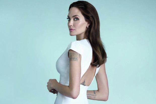 Анжелина Джоли выгуляла повзрослевшего сына: в сеть слили неоднозначные фото