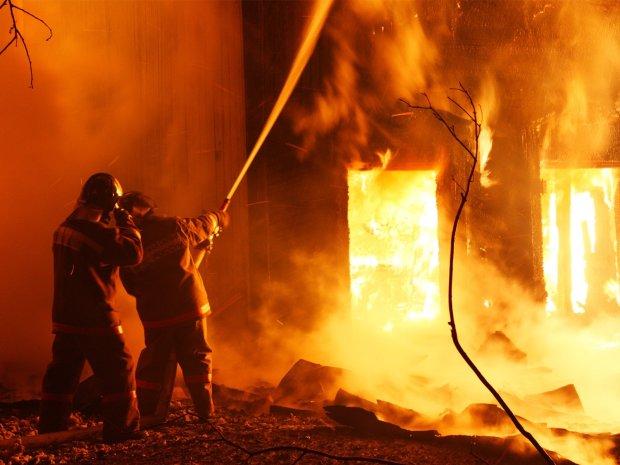 """Горить """"Олімпійський"""": полум'я пожирає найбільший стадіон столиці, чорний дим оповив арену"""