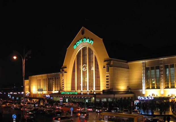 В Укрзалізниці сталася НП: київські вокзали стоять, квитків немає