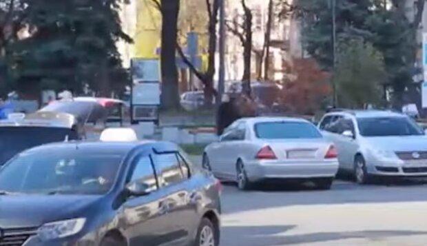 """У Тернополі водіїв змусять ставити машини на платні парковки - """"на халяву"""" ніхто не зупиниться"""