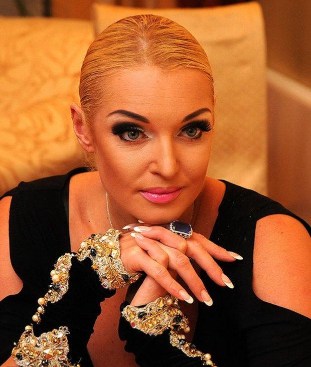 Волочкова вспомнила балетное прошлое: поскакала на одной ноге, чуть не пробила пол