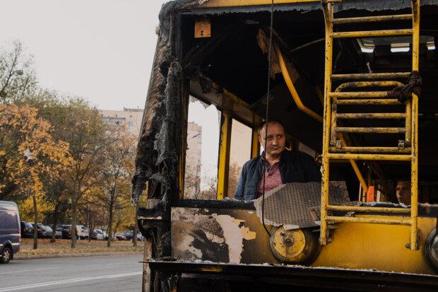 В Киеве переполненный троллейбус вспыхнул, как свеча: пожар тушили всей улицей, но безрезультатно