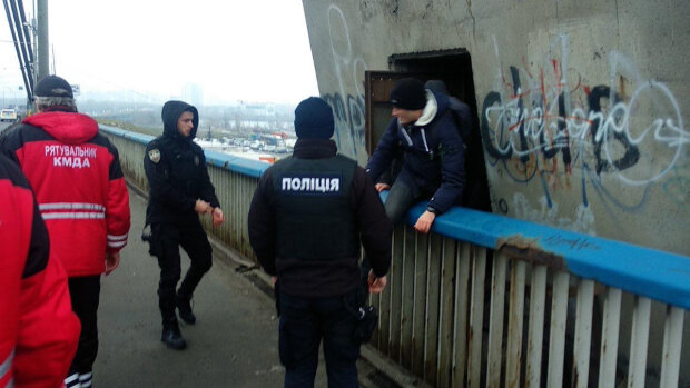 """Не дитячі забавки: з другого найвищого мосту столиці рятувальники """"стягували"""" горе-екстремалів, фото"""