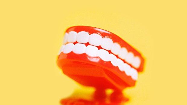 Белизна и долговечность: стоматологи модернизировали зубные пломбы