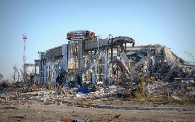 Луганський аеродром у вогні: бойовики втратили важливу техніку
