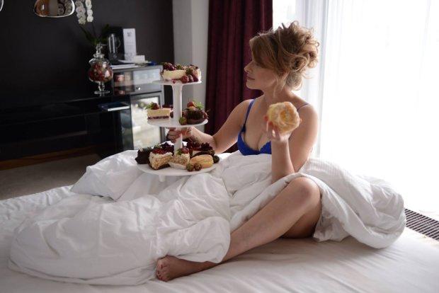 Кравець показала, як розважається в ліжку відразу з двома коханими: фото